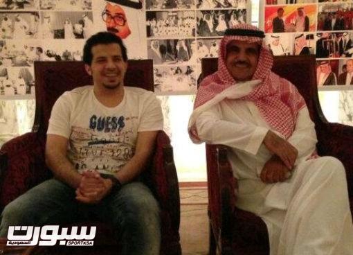 نائب رئيس النصر فهد المشيقح بجوار المدرب الشهري