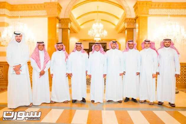 صورة جماعية اعضاء مجلس الادارة مع الامير مقرن بن عبدالعزيز